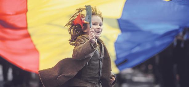 Un+copil+alearg+sub+un+steag+tricolor+la+aniversarea+Regelui+Mihai++Foto+Mediafax_557246