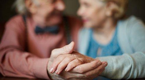 4b2576c57baa176802a67d0698_AnJlIDk1MCA1MjgDZTc0NWNiMThhZDk=_hands-of-seniors