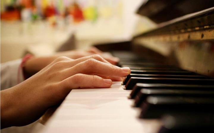 16435-1-Play-piano-with-both-hands-Main-Pic