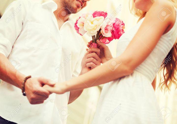 28507757-vacances-d-été-l-amour-la-relation-et-la-datation-concept-couple-avec-un-bouquet-de-fleurs-dans-.jpg